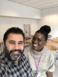 Remco in gesprek met docent Farida Villareal over presenteren en lesgeven