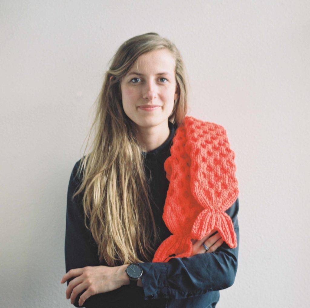 De ontwerper met haar Fiske Fish socks Orange