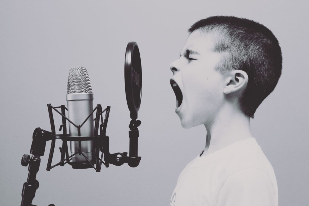 Of je nu schreeuwt of zacht praat, jouw schedel vervormt het geluid van je eigen stem.